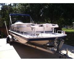 2000 Hurricane 22' Deck Boat
